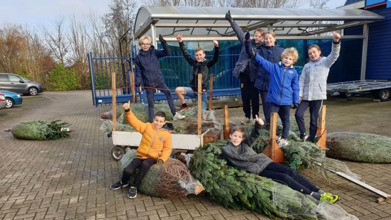 Kerstboomophalers van Ilpendam gaan voor het goede doel en een schoner milieu