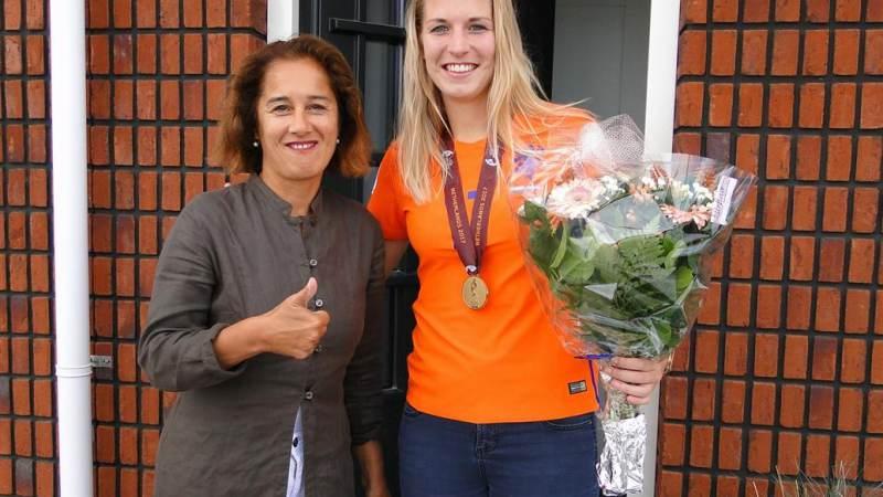 Wethouder Bekhuis brengt bloemetje bij Oranjeleeuwin Kelly Zeeman