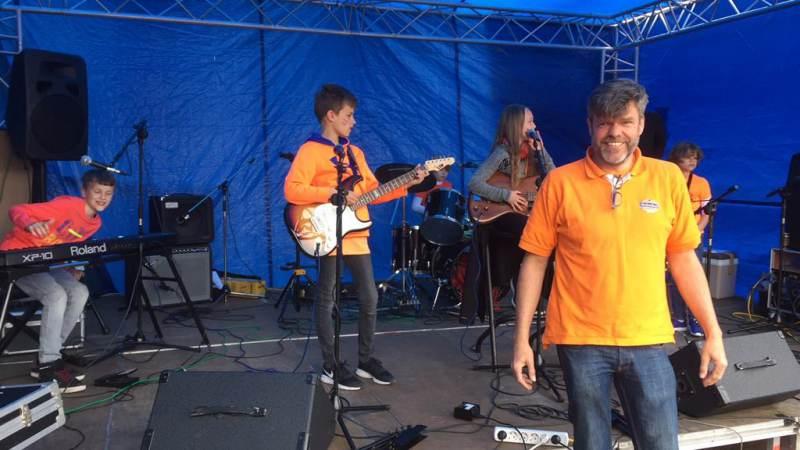 Spectaculair optreden FourS tijdens Koningsdag op Marken