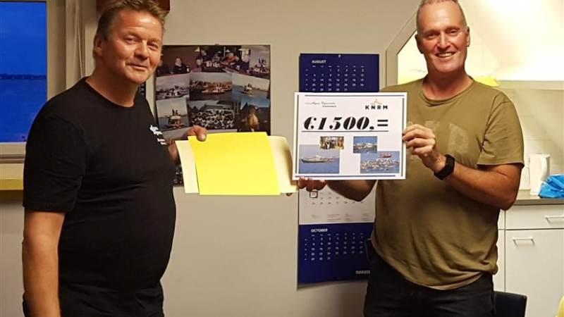KNRM Marken krijgt cheque van organisatie Zwemmeland