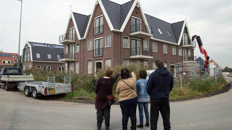 Huurders nemen kijkje in hun nieuwe woning tijdens open dag in Watergang