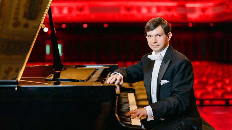 Beroemde meesterpianist Istvám Lajkó geeft pianoconcert in Grote Kerk