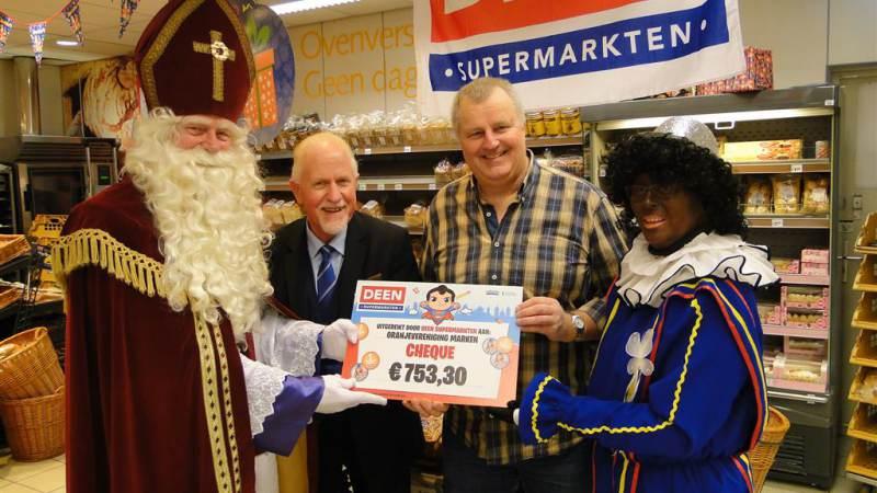 Marker Oranjevereniging ontvangt cheque van DEEN supermarkten