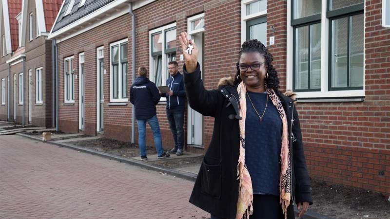Wooncompagnie overhandigt eerste sleutel binnen plan Riessenveld in Watergang