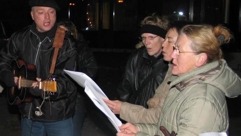 Op Kerstochtend samen kerstliederen zingen in de straten van Monnickendam