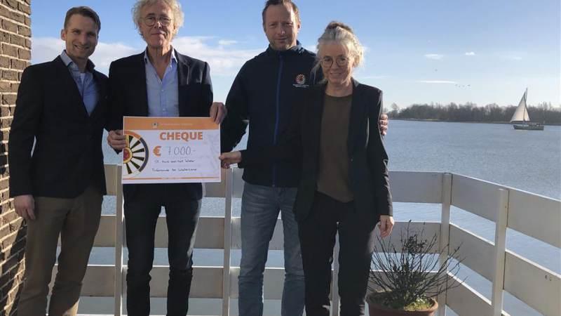 Cheque van 7000 euro van Tafelronde 60 Waterland voor Huis aan het Water