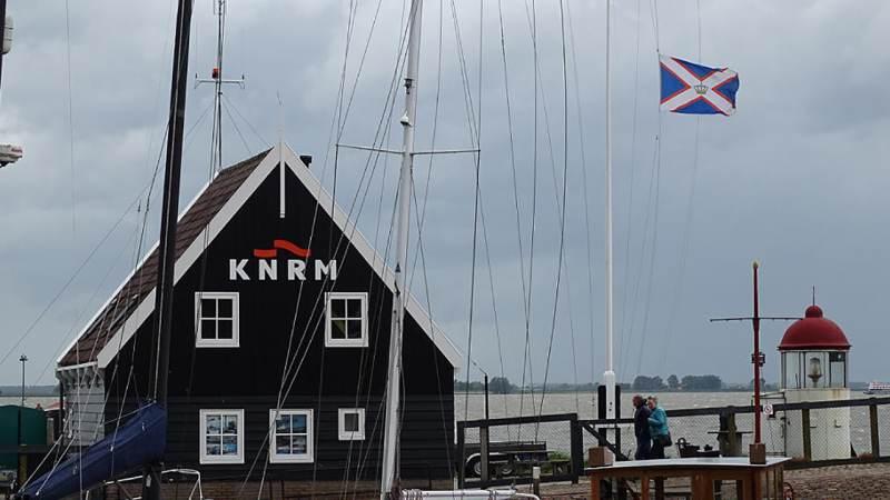 KNRM Marken hangt vlag halfstok voor overleden Franse redders