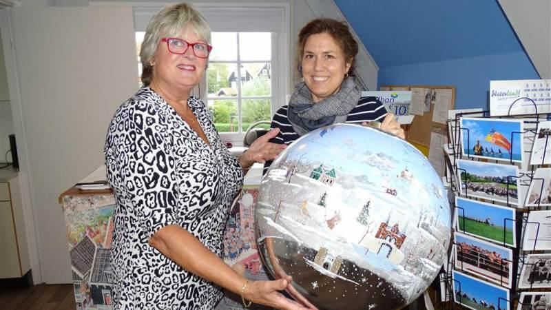 Grote Nederland kerstbal verhuist van Marken naar Maassluis