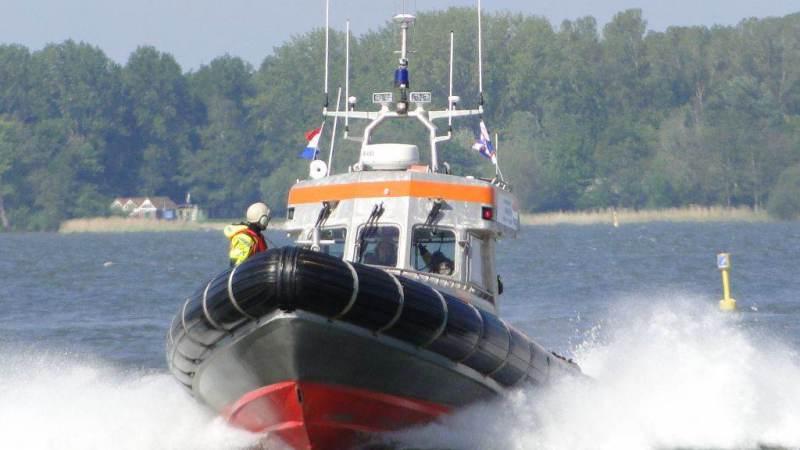 KNRM Marken redt drie personen uit het water