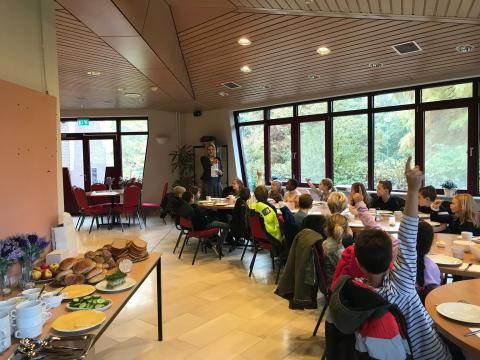 Kinderen brengen burgemeester Kroon ontbijtje in gemeentehuis