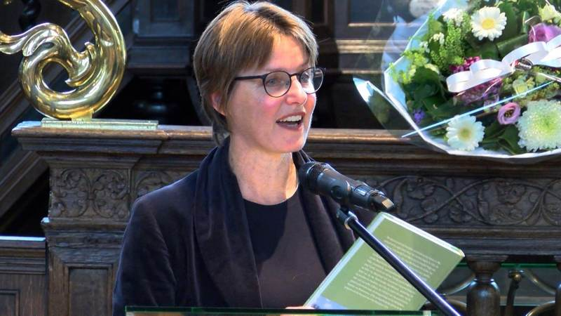 """Eerste exemplaar """"Broek en Waterland"""" overhandigd aan wethouder Astrid van den Weijenberg"""