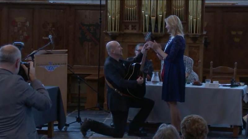 Vincent Koerse brengt ode aan burgemeester Kroon met lied 'Gravin der Dijken'