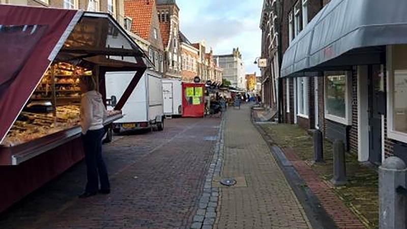Zaterdagmarkt in Monnickendam; alleen als iedereen zich aan de voorschriften houdt