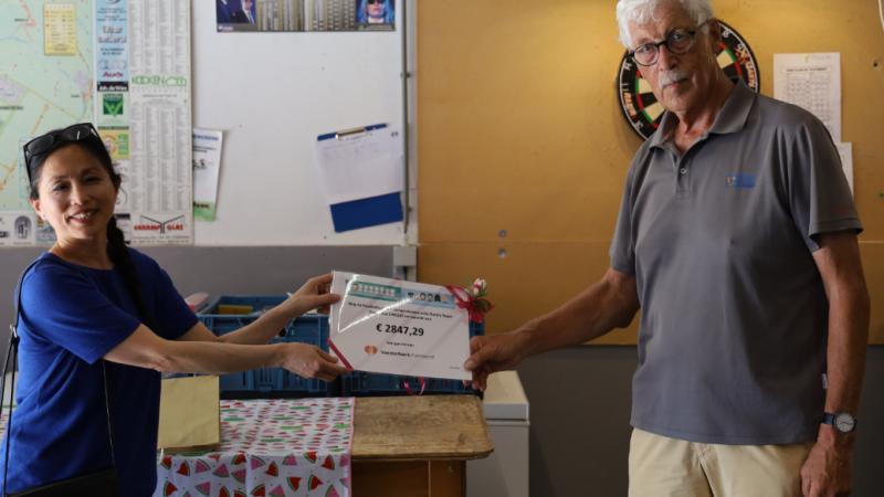 Rotaryclubs regio Waterland overhandigen cheque aan Voedselbank Purmerend