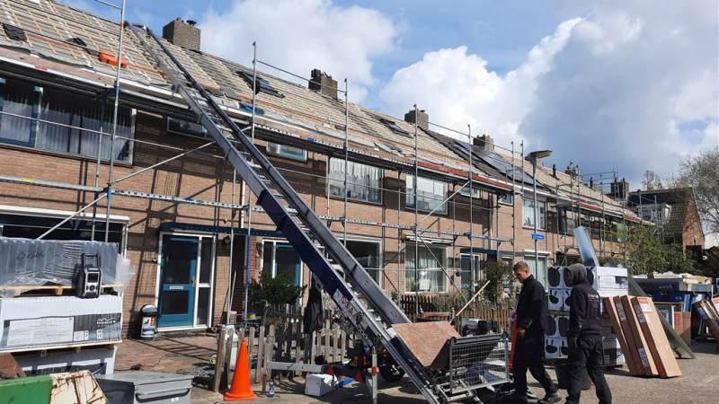 Wooncompagnie renoveert daken van tiental woningen in Broek in Waterland