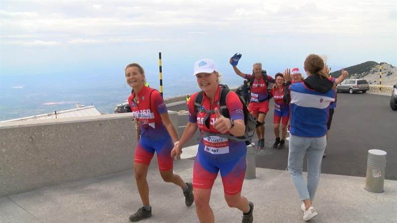 Carolien en Yvonne wandelen naar de top van de Mont Ventoux voor Huis aan het Water