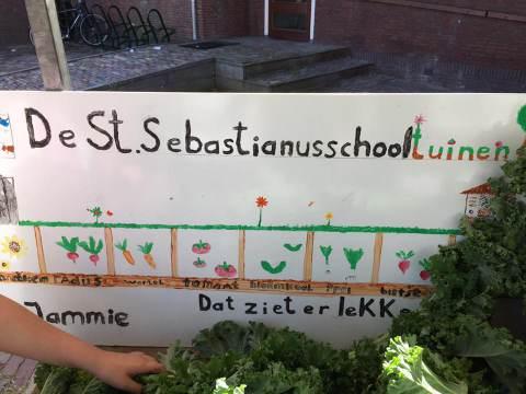 Basisschool Sint Sebastianus in Ilpendam haalt 330 euro op voor Sint Maarten