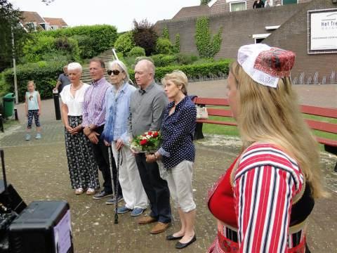 Nabestaanden Engelse Stirling brengen bezoek aan gedenkmonument op Marken