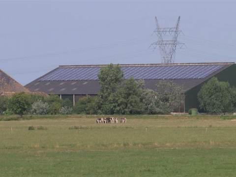 Particulieren leggen zonnepanelen op daken van boerderijen