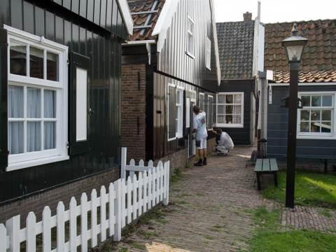 Wooncompagnie voorziet huizen op oud-Marken van verse verflaag