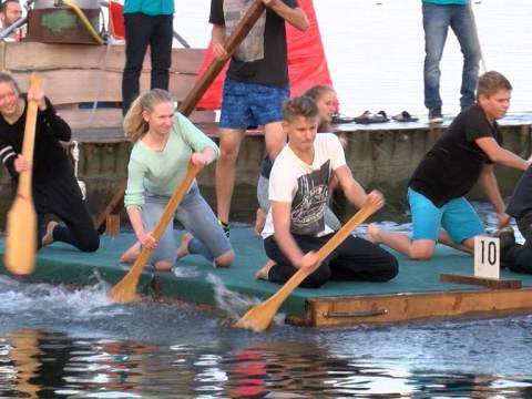 Spektakel aan de dijk bij Vlottenrace Katwoude