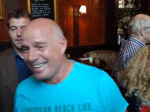 Bekendste badmeester van Waterland wordt overvallen met verrassingsfeest