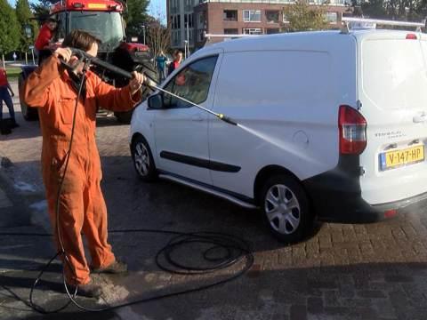World Servants haalt 1351 euro op met autowasstraat