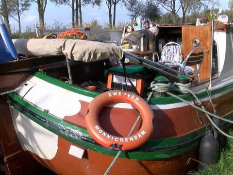 Woonboot van Sjaak Heinis (80) beklad met verf