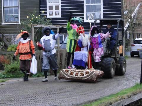 Sint komt met shovel naar Rietlandenschool op Marken