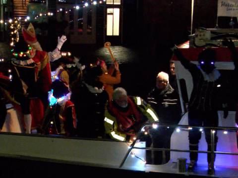 Sinterklaas vertrekt onder grote belangstelling weer naar Spanje