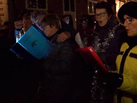Kerstliederen klinken weer in alle vroegte in de straten van Monnickendam