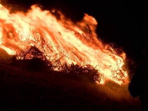 Kerstboomverbranding Marken wegens wind verplaatst