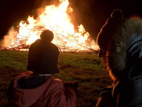 Veel kinderen bij Kerstboomverbranding in Broek in Waterland