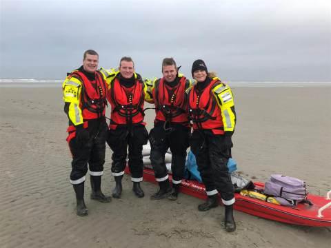 KNRM Marken helpt collega's op Lauwersoog