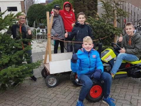Kerstbomenophalers van Ilpendam zamelen geld in voor het goede doel