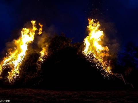 Brandweer Monnickendam zorgt weer voor veilige kerstboomverbranding