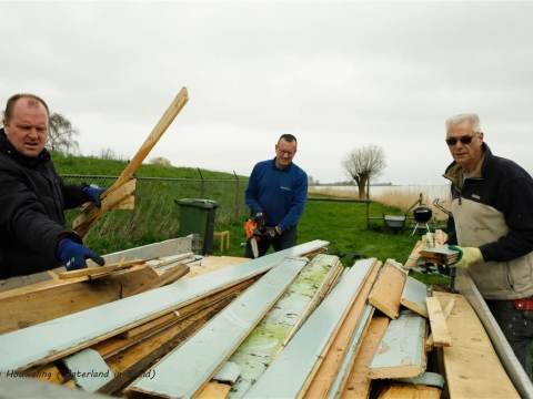 Vrijwilligers helpen met onderhoud bij Huis aan het Water