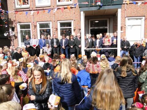 Oranje zonnetje tijdens aubade Koningsdag op Marken