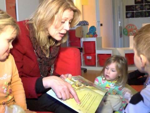 Burgemeester Wagenaar leest voor bij SKW
