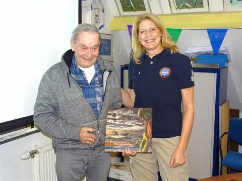 Trouwe KNRM donateurs op bezoek bij reddingstation Marken