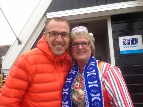 Volkszanger Marco de Hollander bezoekt Marken met fanclub