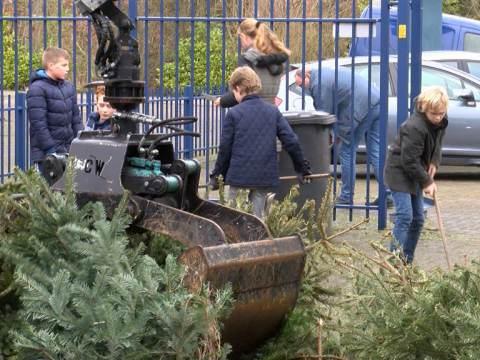 Kerstboomophalers van Ilpendam vegen de straten schoon