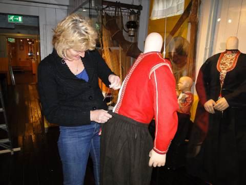 'Mottenballenclub' kleedt Marker Museum aan voor nieuwe tentoonstelling