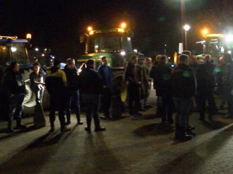 Spontaan boerenprotest bij Waterlandse gemeenteraad