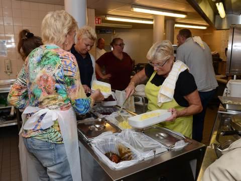 Bewoners Swaensborch getrakteerd op heerlijke vismaaltijd