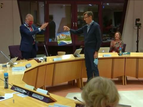 Nico Oussoren ontvangt prijs Waterlandse vakantiefotowedstrijd