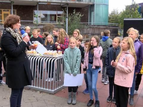 Wethouder viert op De Gouwzeeschool de Dag van de Leraar