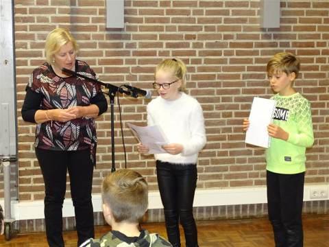 Kunstwerk '75 jaar bevrijding' Rietlandenschool onthult in Het Trefpunt