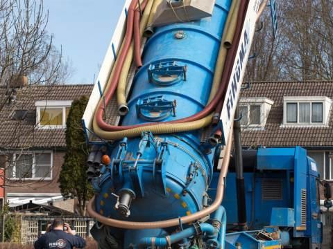 Wooncompagnie laat twee schepen zand invaren voor isolatieproject Monnickendam