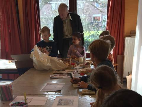 Archeologische Werkgroep Waterland bouwt met kinderen kasteel Swaensborch na